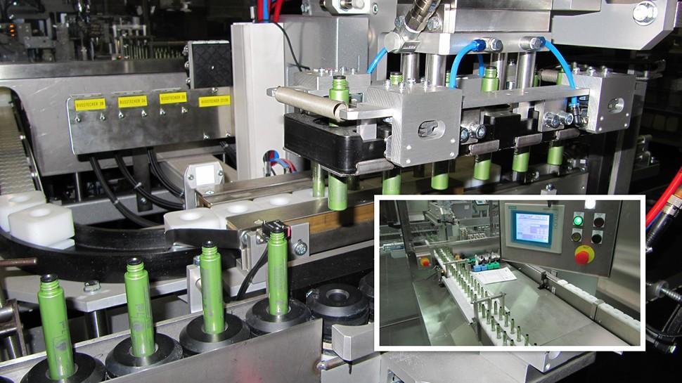 Einsetzen der Produkte in Becher mit anschließender Verpackung der Maskara-Tuben